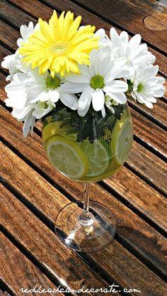 Centros de mesa para bodas en verano: una copa con limas, limones y margaritas tan refrescante que dan ganas de beberlos.