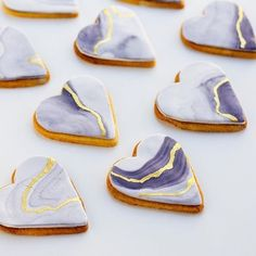 For a dessert buffet: Heart shaped cookies, watercolour lilac marble effect with gold vein - so sweet! Like, literally and as a concept, for that won't get left on the table. Bear Cookies, Fancy Cookies, Valentine Cookies, Cookies Et Biscuits, Valentines, Fondant Cookies, Royal Icing Cookies, Cupcake Cakes, Cupcakes