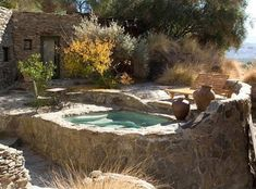 Rubacchiare una vasca idromassaggio in unwatered Palm Springs. Outdoor Spaces, Outdoor Living, Outdoor Decor, Inflatable Hot Tub Reviews, Natural Swimming Pools, Rustic Backyard, Small Pools, Stone Houses, Cool Pools