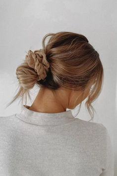 Messy Bun Hairstyles, Winter Hairstyles, Pretty Hairstyles, Hairstyle Ideas, Scrunchy Hairstyles, Looks Boho Chic, Simple Ponytails, Ponytail Easy, Hair Looks