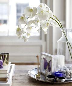 Ideas simples para decorar: Reúne sobre un plato decorativo, una bandeja o una fuente unas pequeñas y delicadas velas, que serán las encargadas de sumar calidez al arreglo. Las flores dentro de un jarrón de cristal, que también se puede usar un vaso u otro recipiente transparente.