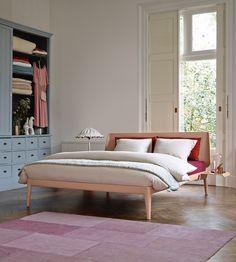 De Auping Essential is met zijn ranke belijningen en licht gebogen hoofdbord een echt bed voor de designliefhebber.
