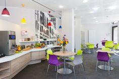 La salle petit déjeuner du Ibis style est un lieu conviviale et agréable, le Corian® se marie parfaitement avec le bois pour en faire un comptoir intemporel.