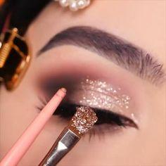 Smoke Eye Makeup, Makeup Eye Looks, Glitter Eye Makeup, Eye Makeup Art, Eyeshadow Makeup, Daily Makeup, Glitter Lips, Eye Makeup Tips, Makeup Brush
