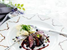 Hjortfilé med sparris- potatis och blåbärssky