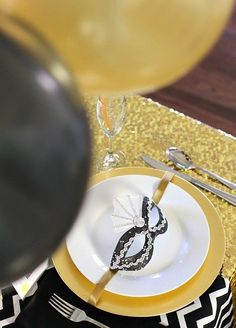 Host a New Years Eve party with a cocktail and appetizers buffet. See ideas for this black and gold party table here. Theme Carnaval, Appetizer Buffet, Printable Place Cards, Hotel Party, Paper Rosettes, Champagne Party, New Year's Eve Celebrations, Party Buffet, Just Start