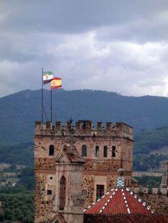 Las banderas de Extremadura y España ondeando en la torre del Monasterio de Guadalupe @Extremadurismo @cextremadura pic.twitter.com/xmqh7kMZcC