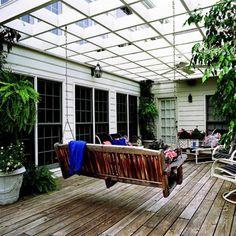 terrassengestaltung ideen pergola weiß schaukel holz sessel