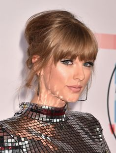 From country curls to badass block fringes, we've tracked every one of Taylor Swift's epic hair and make-up looks. Taylor Swift Updo, Taylor Swift Hair Color, Estilo Taylor Swift, Taylor Alison Swift, Taylor Swift Hairstyles, Red Taylor, Taylor Swift Bleached Hair, Taylor Swift Curly Hair, Taylor Swift Makeup