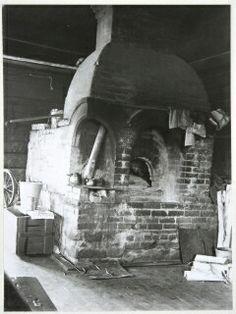 Tiilestä muurattu tuvan perinteinen leivinuuni