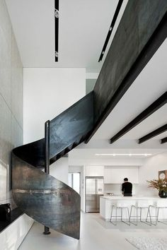 treppengeländer design metall effektvoll weiße kücheninsel küche
