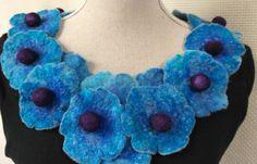 Gefilzte Halskette Halsband für Damen. Blau lila Schmuckstück