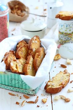 White Chocolate and Almond Biscotti Biscotti, No Bake Desserts, Dessert Recipes, Food Photography Lighting, Chocolate Blanco, White Chocolate, Muffins, Good Morning Breakfast, Light Recipes