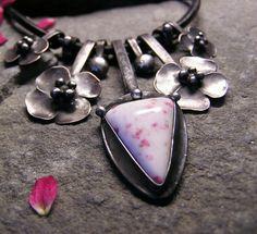 Divoké růže... Šperk je vyroben z kabošonu rosalindy (skapolit s epidotem) a z cínu. Je patinovaný, leštěný a povrchově ošetřen. Zavěšen na kulaté kožené šňůrce v délce 46 cm. Velikost šperku je při zavěšení v nejširších místech 5,5 x 6,5 cm. Zapínání je ručně vyrobeno z nerezové oceli.