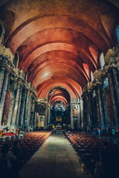 """A Igreja de São Domingos, construída por ordem do Rei D. Sancho II, no século XIII, conseguiu """"abaladamente"""" sobreviver ao Terramoto de 1755 e ao incêndio de 13 de Agosto de 1959. As obras de recuperação acabaram em 1994. Portas de Santo Antão, Lisboa. Ed, de texto by Lúcia"""