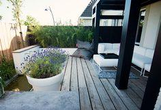www.buytengewoon.nl. tuinontwerp - tuinaanleg - tuinonderhoud.  Eigentijdse achtertuin in Amersfoort met veranda op maat. Diverse terrassen, niveauverschillen en een waterpartij. www.buytengewoon.nl