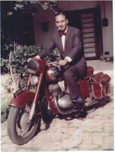 He was the real Dapper Dan man Cool Motorcycles, Vintage Motorcycles, Moto Jawa, Jawa 350, Hipster Beach, Retro Bike, Dapper Dan, Men Beach, Classy Men