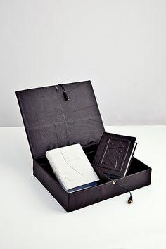 agende cusute manual in fascicule, in caseta, pot fi personalizate la cerere cu auriu, argintiu sau timbru sec