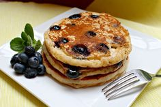 Yield: Five pancakes Ingredients: One container nonfat Greek Yogurt (any flavor- see *Tips) 1 large egg (or 2 large egg whites) cup All-Purpose Flour 1 teaspoon baking soda cup fresh blueberries (or Petit Déjeuner Weight Watcher, Plats Weight Watchers, Weight Watchers Breakfast, Weight Watchers Smart Points, Weight Watchers Meals, Weight Watchers Pancakes, Skinny Recipes, Ww Recipes, Cooking Recipes