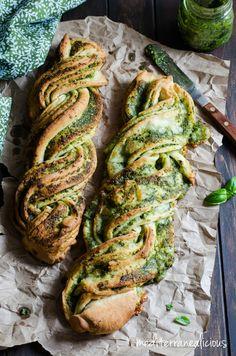 Braided Basil Pesto Bread  Super easy vegan te maken met zelfgemaakte basilpesto en plantaardige melk voor het deeg. Lijkt me heerlijk voor bij zelfgemaakte tomatensoep :)