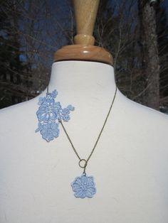 He encontrado este interesante anuncio de Etsy en https://www.etsy.com/es/listing/125905417/powder-blue-lace-applique-necklace