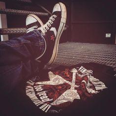 Indubbiamente un abbinamento perfetto!  #toohead #vintage #rock #official #tshirt  #heavymetal #allstar #red #tattoo #guitar #art #etsyfinds #etsy #etsyshop #etsyseller #igers #igdaily #picture #graphic #tees #black #blacktshirt #magliette #jeans #vscogood #vsco #vscocam