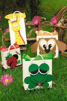 Játékos ajándékzacskók - Ez a díszítés sima csomagokra is átültethető Bible Crafts For Kids, Art For Kids, Party Gifts, Diy Gifts, Owl 1st Birthdays, Monkey Crafts, Decorated Gift Bags, Diy And Crafts, Paper Crafts