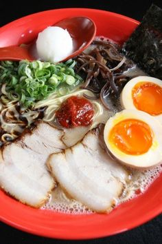 Japanese Food Tonkotsu Ramen, Ramen Noodles with Creamy Pork Soup (Hakata Style). Make ramen at home before I die! Ramen Recipes, Asian Recipes, Real Food Recipes, Yummy Food, Japanese Dishes, Japanese Food, Japanese Ramen, Pumpkin Recipes Healthy Easy, Oriental