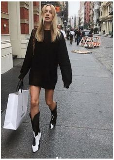 Summer Boots Outfit, Winter Boots Outfits, Fall Outfits, Outfits Otoño, Winter Fashion Outfits, Cowboy Boot Outfits, White Cowboy Boots, Outfit With Cowboy Boots, Cowboy Outfits For Women