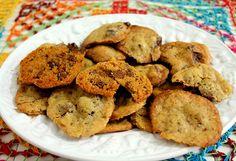 Cookies com gotas de chocolate - Rende 25 biscoitos ----------- Ingredientes: 125g de manteiga sem sal em temperatura ambiente (ponto de pomada); 3/4 de xícara de chá de açúcar peneirada; 1/2 xícara de chá de açúcar mascavo; 1 ovo inteiro; 1 3/4 xícara de chá de farinha de trigo peneirada; 1 colher de chá de fermento em pó; 1 colher de chá de essência de chocolate (ou baunilha); 2 barras de chocolate (utilizamos 1 ao leite e 1 meio amargo) picadas – cada uma com 170g