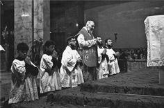 A Santa Missa é o sacrifício que detém a justiça Divina, que rege toda a Igreja, que salva o mundo. (São Padre Pio)