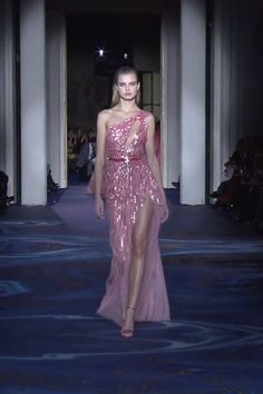 Stunning Embellished Pink One Shoulder Backless Slit Sheath Evening Maxi Dress / Evening Gown with Open Back. Couture Spring Summer 2019 by Zuhair Murad Haute Couture Dresses, Haute Couture Fashion, Beautiful Gowns, Beautiful Outfits, Elegant Dresses, Pretty Dresses, Victor Ramos, Moda Vintage, Gowns Of Elegance