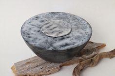 Dosenobjekt *Farn* aus Naked Raku Keramik von Hildegard Schemehl/ Naked raku fired vessel *Fern* by Hildegard Schemehl