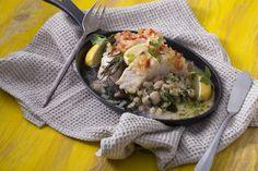 """Tőkehalfilé - fehérbabbal és citrommal   A tőkehal az az """"egyszerű"""" finomság, ami már önmagában, fűszermentesen is utánozhatatlan ízélményt kínál. A tőkehal a mély tengerek, jeges sós vizek lakója, ízében egyszerre kínálja a hal aromáját, egy enyhe, mégis friss """"tengeri utánérzéssel"""". Receptünkben is erre az egyszerűségre fektettük a hangsúlyt, fehér babbal és citrommal tálaltuk, hogy ez a triumvirátus egy könnyed esti vacsorának is beilljen. Egészségünkre! Mexican, Chicken, Meat, Ethnic Recipes, Food, Essen, Meals, Yemek, Mexicans"""