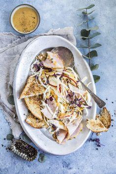 God førjulssnacks kan også være frisk og lett! Server juleskinke i skiver med en salat laget med pastinakk, eple og knasende valnøtter. Topp med en sennep- og aprikosdressing. Smakfullt, fristende og enkelt! Frisk, Bruschetta, Camembert Cheese, Toast, Ethnic Recipes, Food, Meals, Yemek, Eten