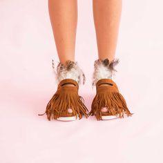 Sandalele de dama Mineli Phoenix Camel din piele întoarsă ornamentate cu pene și accesorii glamouroase,… Boutique, Moccasins, Phoenix, Flats, Shoes, Fashion, Sandals, Penny Loafers, Loafers & Slip Ons