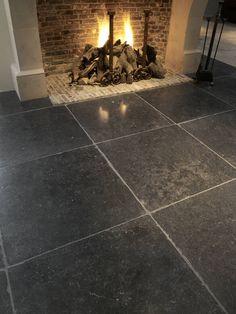 Belgisch Hardsteen vloertegels en overgang geeltjes in schouw zwarte hardsteen vloertegels