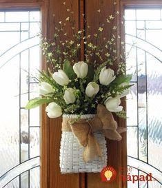 Úžasné dekorácie, ktoré si ľahko zhotovíte aj sami – košíčky z konárikov a lacných umelých kvetov sa budú na vašich vchodových dverách krásne vynímať. Pozrite sa na tie podarené nápady! Stačí vám malá kartónová krabica, ktorej bočné a prednú stenu oblepíte konárikmi (tie si narežeme na rovnakú dĺžku). Do vnútra navrstvíme aranžérsku hmotu a napicháme... Grapevine Wreath, Grape Vines, Diy And Crafts, Wreaths, Spring, Plants, Home Decor, Homemade Home Decor, Door Wreaths