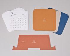デザインカット卓上カレンダー | 福岡の高品質オンデマンド印刷のアトリエアルファ。小ロットオンデマンド印刷や特殊印刷短納期のステッカー