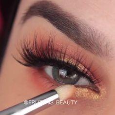 A super easy and so amazingly beautiful makeup! Smoky Eye Makeup, Eye Makeup Steps, Eye Makeup Art, Eyebrow Makeup, Eyeshadow Makeup, Makeup Cosmetics, Glam Makeup, Creative Eye Makeup, Colorful Eye Makeup