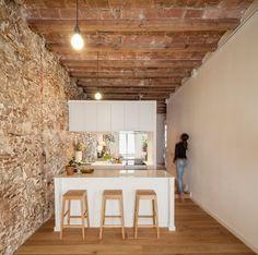 Post: Vivir en un rectángulo diáfano ---> blog decoración nórdica, cocina abierta moderna, distribución diáfana, espejo bajo los armarios superiores, estilo nórdico, pisos diáfanos, Reformas Barcelona, revestimiento de piedra y madera