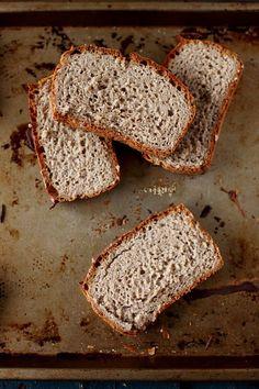 § PAIN ss gluten § (goût sarasin) ►250 g  farine de riz complet ►75 g  farine de quinoa ►100 g  farine de sarrasin ►75 g de fécule de pommes de terre ►1/2 cs de sel fin ►9 g de gomme de guar ►1 sachet de levure de boulanger déshydratée ►50 cl d'eau