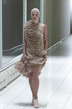 Alexander McQueen Spring 2001 Ready-to-Wear Fashion Show - Kate Moss