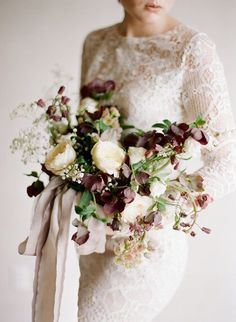Bridal bouquet in ivory and dark red Brautstrauß in hellem Creme und Dunkelrot mit Seidenband