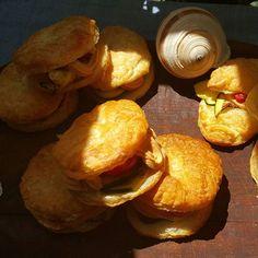 Antipasto sfizioso: conchiglie di pasta sfoglia senza glutine farcite con patè di salmone home made, zucchine e pomodorini