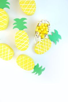 Creative Halloween Costumes - The Best Way To Be Artistic Over A Budget Diy Pineapple Treat Boxes Damask Love Mason Jar Crafts, Mason Jar Diy, Diy Craft Projects, Crafts For Kids, Project Ideas, Fruit Party, Kid Party Favors, Diy Box, Thoughtful Gifts