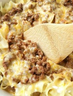 Creamy Beef Noodle Bake - Tender egg noodles, melty cheese, and a creamy tomato ground beef mixture make for one amazing, and family-friendly dinner! The entire family will love this simple and easy creamy beef noodle bake. Pasta Dishes, Food Dishes, Main Dishes, Meat Recipes, Cooking Recipes, Meatball Recipes, Good Food, Yummy Food, Lasagna