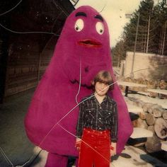 Unfortunately unsourced, this great retro grab features a vintage Grimace. Kevin Michael Richardson, Scary Photos, Social Icons, Oldies But Goodies, Black And White Photography, Old Photos, Make Me Smile, Nostalgia, Pin Up