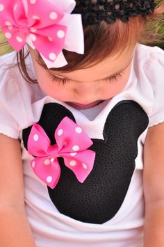 Minnie Mouse applique' teeshirt with fabric bow. DIY sewing. Gift ideas for girls Disney inspired birthday party.