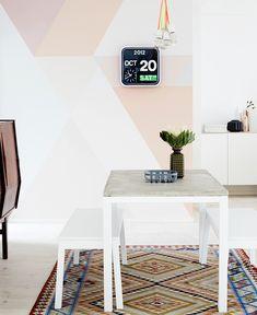 Con un poco de color suave, una pared puede ganar mucha vida y no rompe con el blanco.